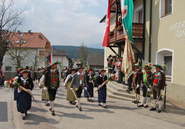 Quelle: Südtiroler Schützenbund / 10_8669399102_8d12a9cc7c_k-defilierung- / Zum Vergrößern auf das Bild klicken