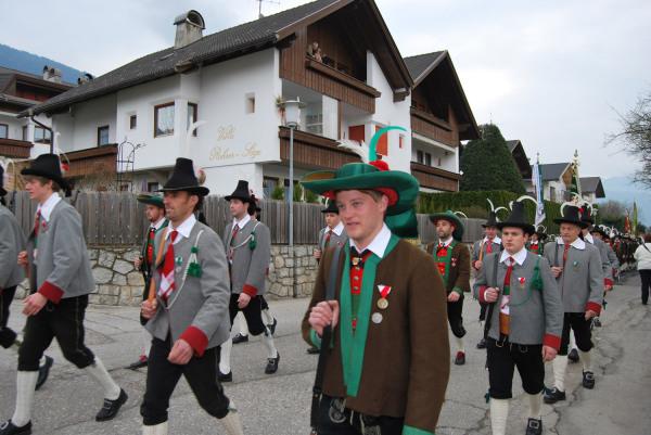 Quelle: Südtiroler Schützenbund / 5_8668860045_d02af6abe3_k-aufmarsch / Zum Vergrößern auf das Bild klicken