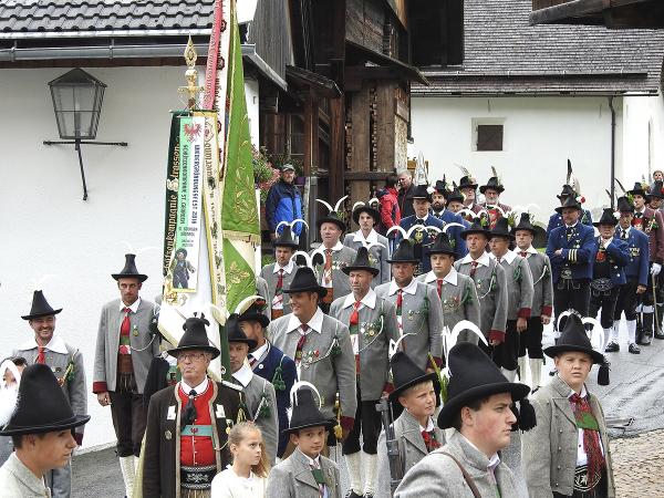 Bergmann Hans / 8__dscn3152_einmarsch_zur_kirche_72dpi_u._1200pixel_breit__kopie / Zum Vergrößern auf das Bild klicken