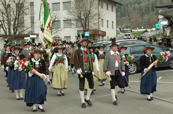 Quelle: Südtiroler Schützenbund / 8_img_0244-aufmarsch-zur-defilierung- / Zum Vergrößern auf das Bild klicken