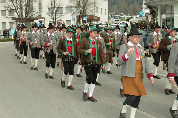 Quelle: Südtiroler Schützenbund / 9_img_0245-aufmarsch-zur-defilierung / Zum Vergrößern auf das Bild klicken