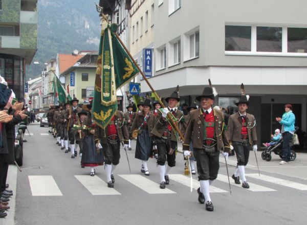 Tiroler Bezirksblätter / Defilierung Landeck / Zum Vergrößern auf das Bild klicken