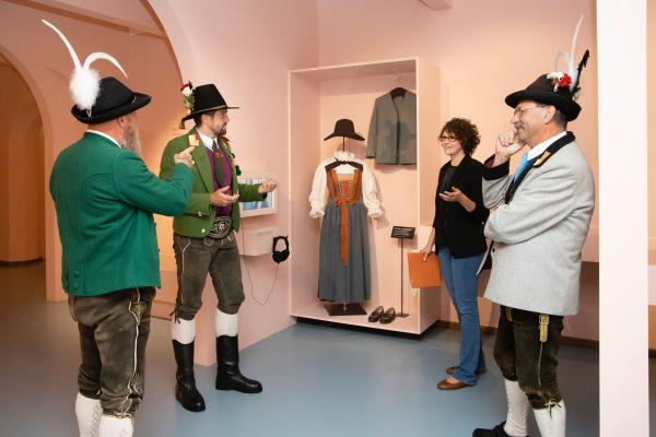 Die Fotografen / diefotografen_die_3_landeskommandanten_im_volkskunstmuseum_1 / Zum Vergrößern auf das Bild klicken
