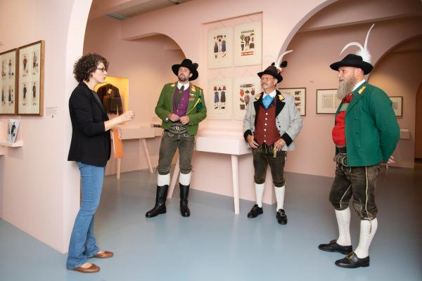 Die Fotografen / diefotografen_die_3_landeskommandanten_im_vorlkskunstmuseum_2 / Zum Vergrößern auf das Bild klicken