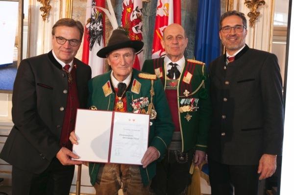 Die Fotografen / Ehren-Landeskommandant Emmerich Steinwender mit LHs von Tirol und Südtiroll / Zum Vergrößern auf das Bild klicken
