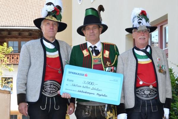 Biller Gerhard / Spendenübergabe Mayrhofen / Zum Vergrößern auf das Bild klicken