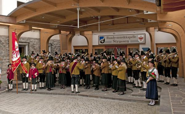 Hans Bergmann / dsc_2433_marschmusik_fur_die_jubilare_ / Zum Vergrößern auf das Bild klicken