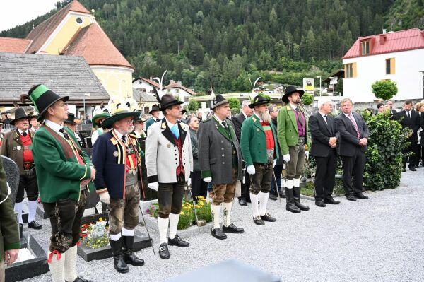 Hans Gregoritsch / Die Landeskommandanten aller Tiroler Landesteile und der Bayrischen Gebirgsschützen bei der Verabsch / Zum Vergrößern auf das Bild klicken