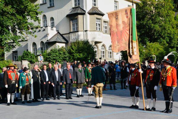 Hans Gregoritsch / Ehren-Landeskommandant Emmerich Steinwender mit Bundesstandarte / Zum Vergrößern auf das Bild klicken