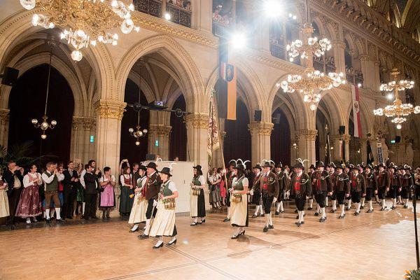 die-eventfotografen.at / Tiroler Ball 2016 Einmarsch / Zum Vergrößern auf das Bild klicken