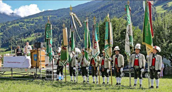 Schützenregiment Zillertal / Feldmesse Fahnen Zillertal / Zum Vergrößern auf das Bild klicken