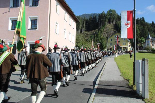 Karl Schett / img_1170_aufmarsch_zum_festplatz__schett_karl__ / Zum Vergrößern auf das Bild klicken