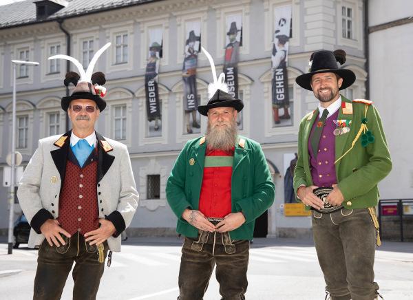 Die Fotografen / Die 3 Landeskommandanten vor dem Volkskunstmuseum / Zum Vergrößern auf das Bild klicken