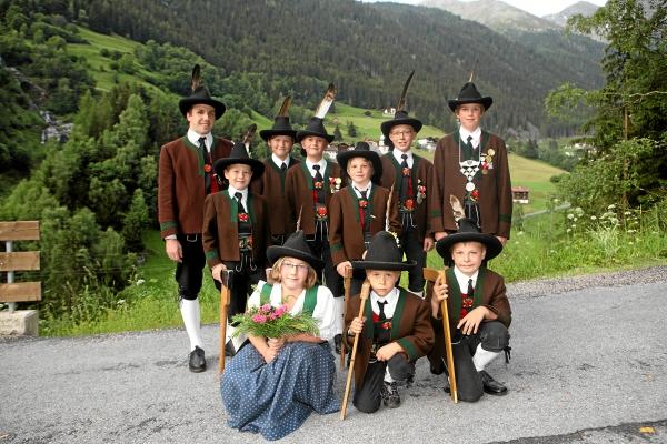 Marietta Mayr-Schranz / jungschutzen_mit_jungschutzenbetreuer_michael_santeler / Zum Vergrößern auf das Bild klicken